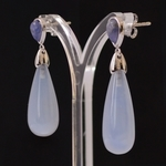 18k-white-gold-2lips-colours-chalcedoon-tanzaniet-earrings-design-david-aardewerk